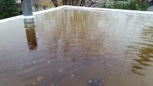 problème d'accumulation d'eau sur un toit plat